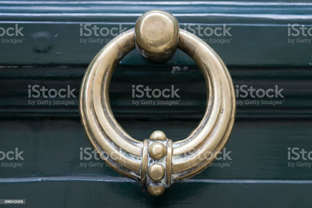 brass knocker on a wooden main door Lizenzfreies stock-foto