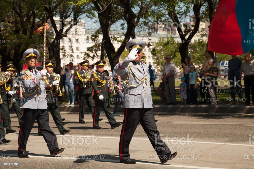 Messing Orchester marschierenden Leistung. Asiatischen Musikern in einheitlichen spielenden Blasinstrumenten auf parade – Foto