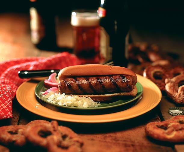 ungezogenes kind - bratwurst mit sauerkraut stock-fotos und bilder