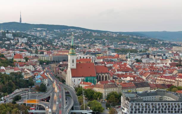 aerial sonnenuntergang stadtbild bratislava, slowakei. - bratislava hotel stock-fotos und bilder