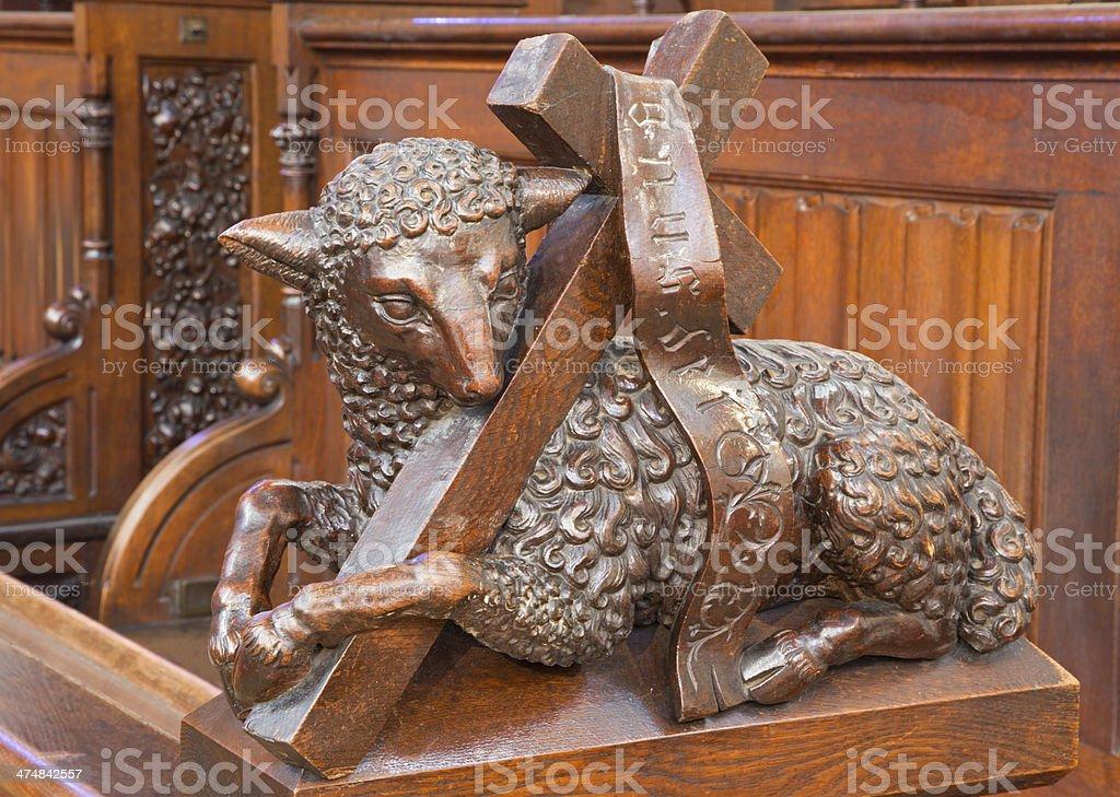 Bratislava-Agnus Dei escultura entalhada de presbytery de Catedral - foto de acervo