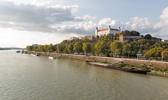 석양 슬로바키아 브라티슬라바 성 및 다뉴브 강 풍경입니다 가을에 대한 스톡 사진 및 기타 이미지