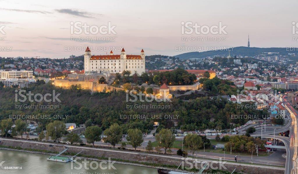 석양, 슬로바키아 브라티슬라바 성 및 다뉴브 강 풍경입니다. - 로열티 프리 가을 스톡 사진