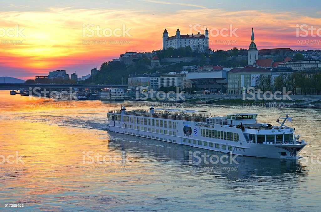 Bratislava city and the Danube river – Foto