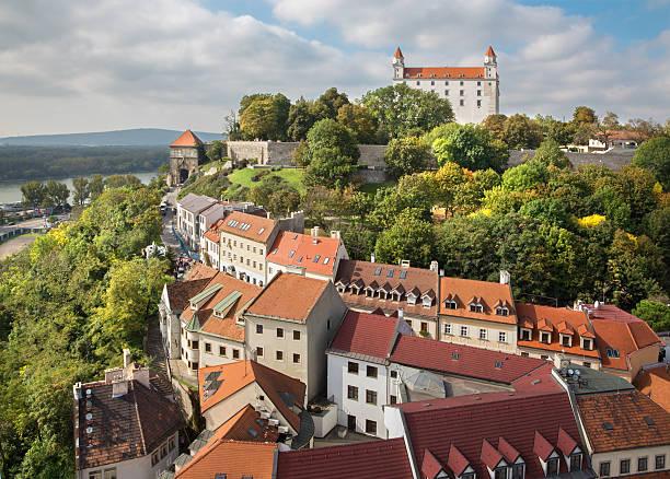 bratislava-outlook 양식 st. 마틴스 캐서드럴 있는 성 - 슬로바키아 뉴스 사진 이미지