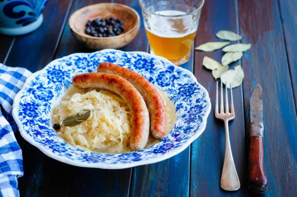 bratwurst mit sauerkraut - bratwurst mit sauerkraut stock-fotos und bilder
