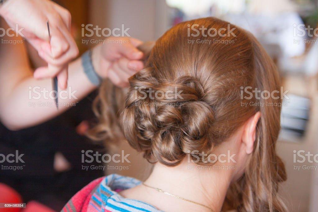 Braut bekommt die Haare hochgesteckt – Foto
