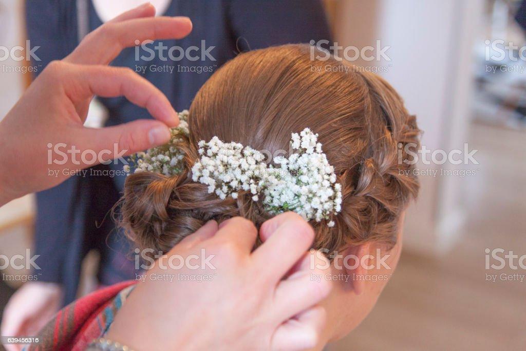 Braut bekommt eine Hochsteckfrisur stock photo