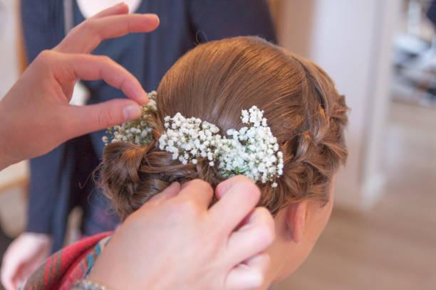 Braut bekommt eine Hochsteckfrisur – Foto