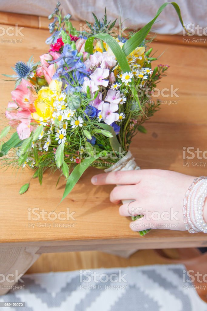 Braut greift nach Brautstrauss Lizenzfreies stock-foto