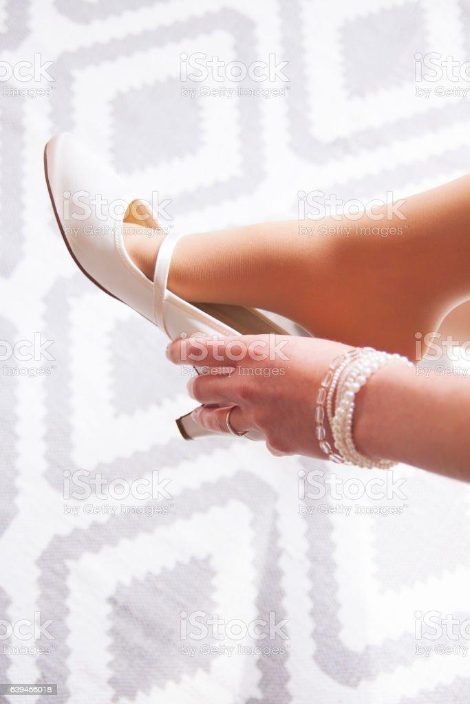 Braut zieht sich Schuhe an stock photo