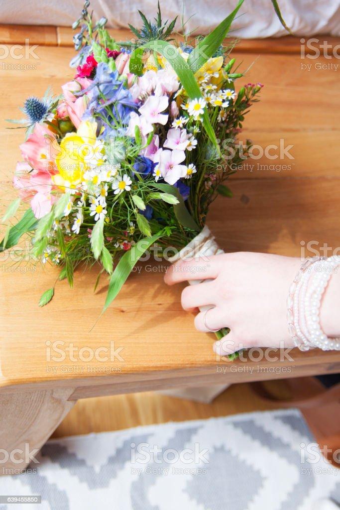 Brautstrauss mit Hand einer Braut Lizenzfreies stock-foto