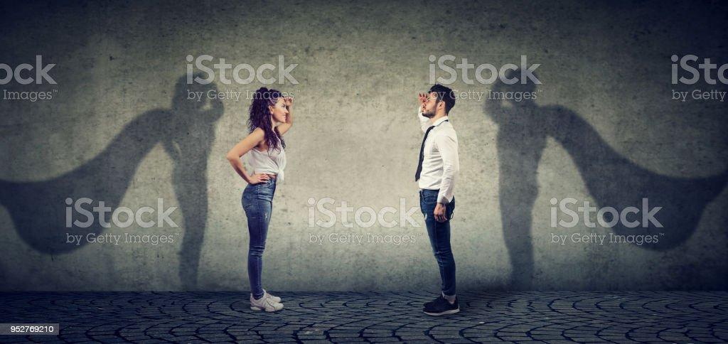 Tapferer Mann und Frau posiert als Superheld – Foto