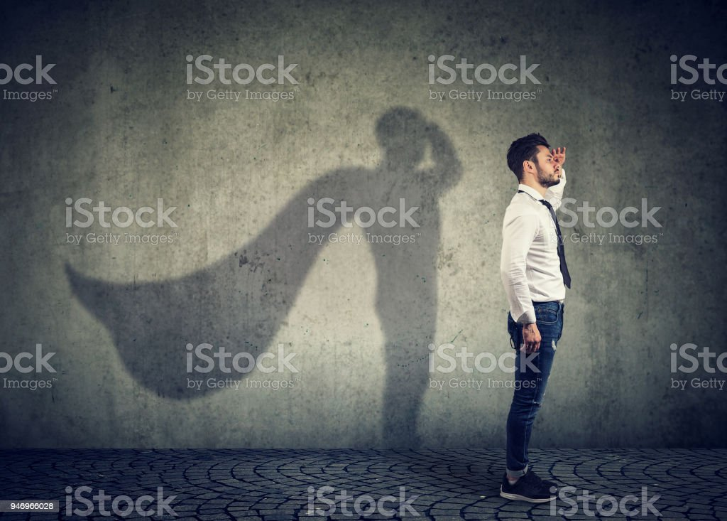 Tapferer Mann posiert als super-Helden – Foto