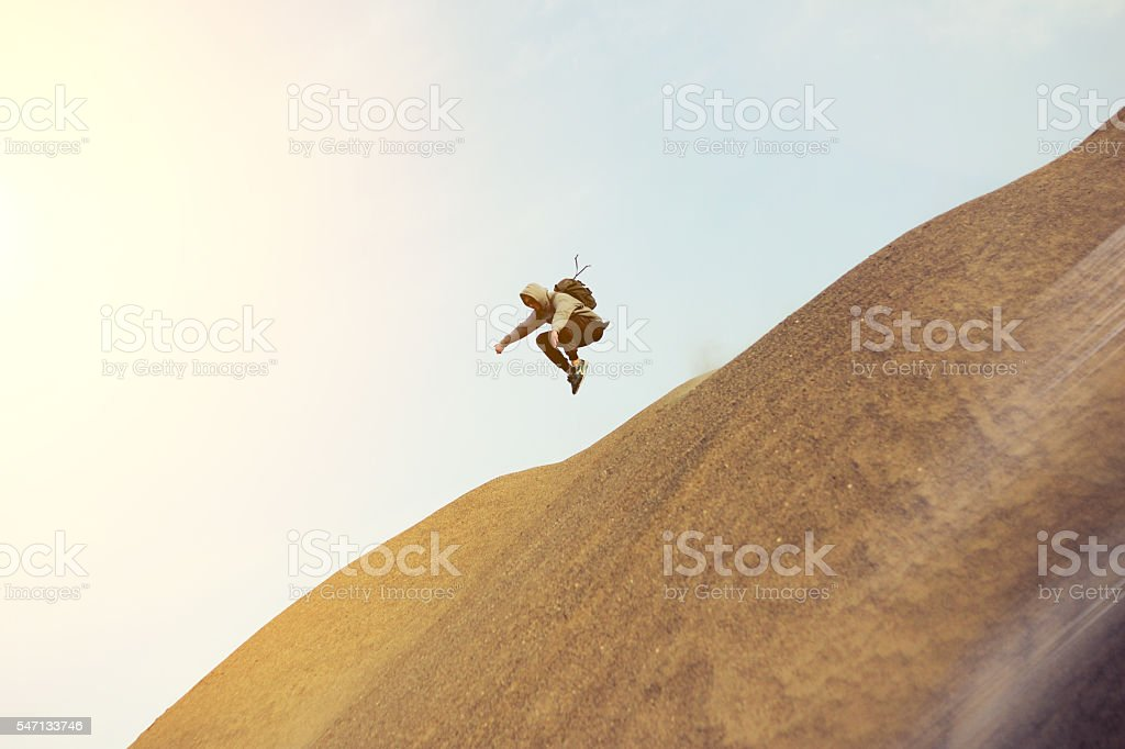 Brave man running and jumping in the desert – Foto