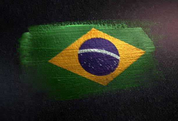 brasilien-flagge metallbürste farbspuren an grunge dunklen wand gemacht - brasilien stock-fotos und bilder