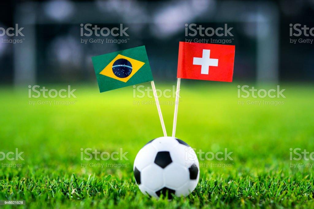 Brasil - Suíça, grupo E, domingo, 17. Junho, futebol, Copa do mundo, Rússia 2018, bandeiras nacionais na grama verde, branco bola de futebol no chão. - foto de acervo