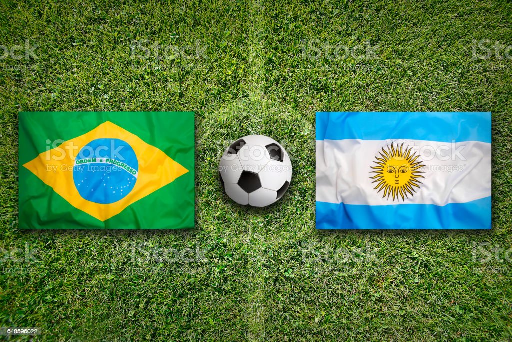 Banderas de Brasil vs Argentina en el campo de fútbol - foto de stock