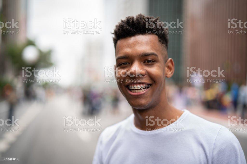 Chico brasileño sonriendo - foto de stock