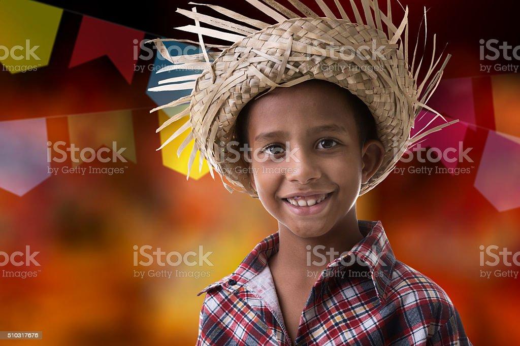 Menino usando fantasia brasileiros para brasileiros Festa Junina - foto de acervo