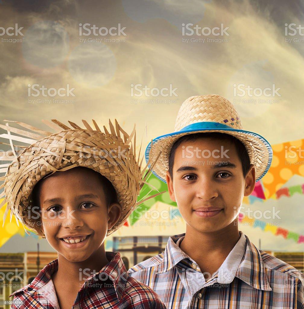 Meninos vestindo fantasia brasileiros para brasileiros Festa Junina - foto de acervo