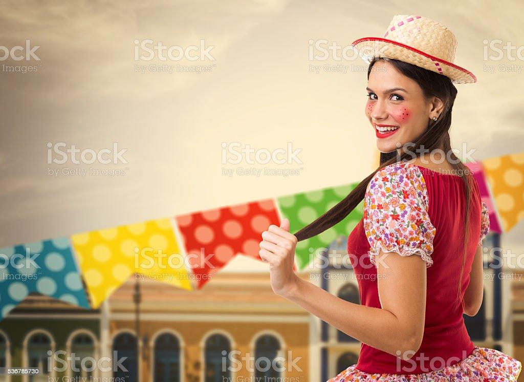 Brasileira morena mulher vestindo fantasia junina - foto de acervo