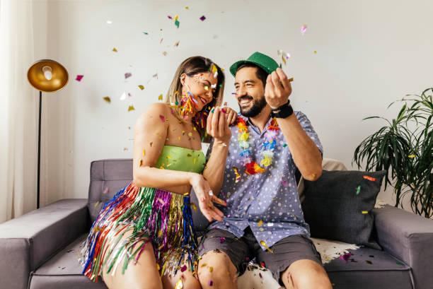 carnaval brasileiro. casal celebrando carnaval em casa - carnaval - fotografias e filmes do acervo