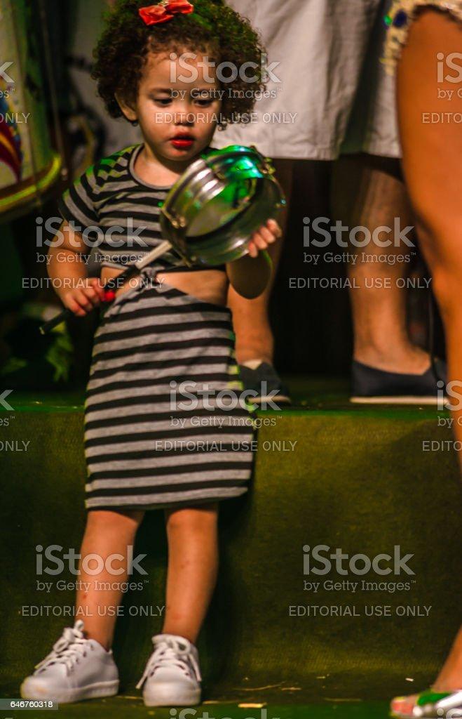 Carnaval brasileiro. Apresentação em praça pública da escola de samba Unidos do Garrafão, em Ilhabela, Brasil, em 23 de fevereiro de 2017. - foto de acervo
