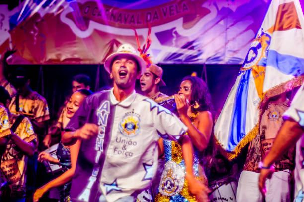 Carnaval brasileiro. Apresentação em praça pública do samba da escola Água na Boca, em Ilhabela, Brasil, em 23 de fevereiro de 2017. - foto de acervo