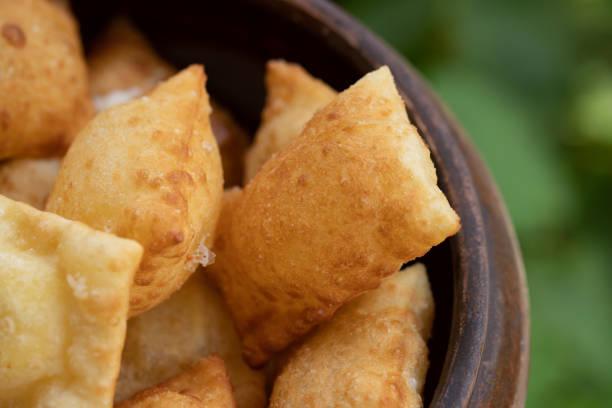 pastel de queijo brasileiro. alimento fritado tradicional/petisco salgado de brasil - pastel de feira - fotografias e filmes do acervo