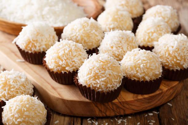 Beijos de coco brasileiro (beijinhos de coco são tradicionalmente feitos de uma mistura de leite condensado, coco ralado e manteiga - foto de acervo