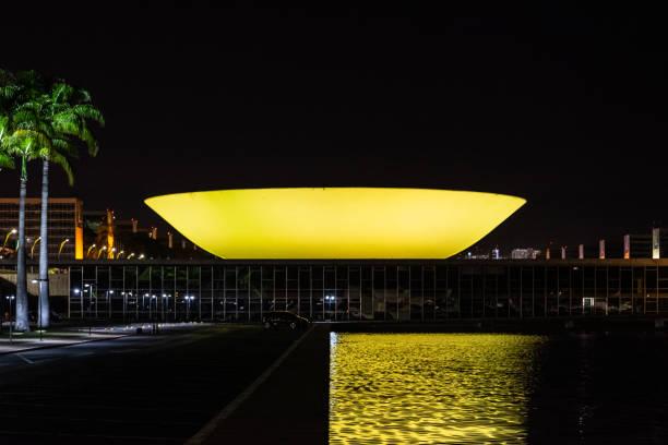 Congresso brasileiro iluminado em amarelo - foto de acervo