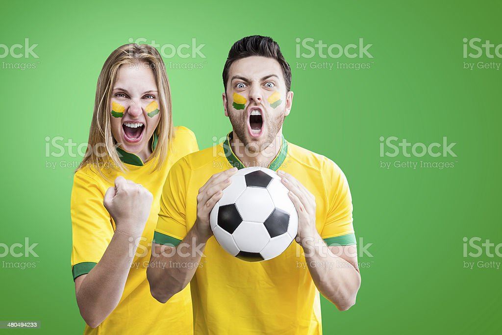Brasileiro casal comemorar sobre fundo verde - foto de acervo