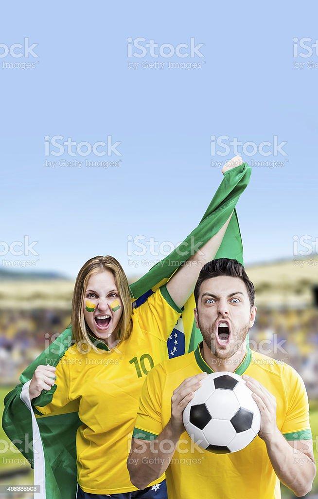 Brasileiro casal comemorar sobre o estádio - foto de acervo
