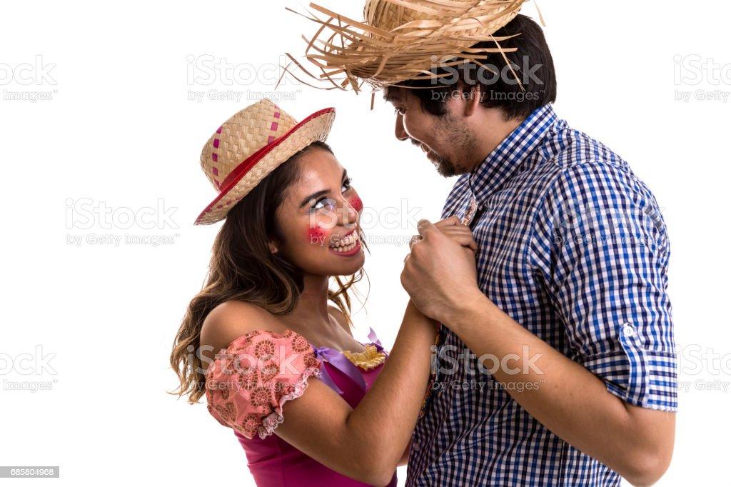 Casal brasileiro dançando em traje de Festa Junina - foto de acervo