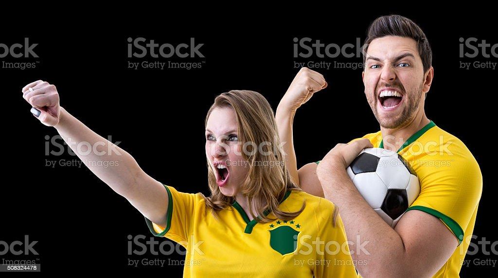 Fãs brasileiros casal celebrando em fundo preto - foto de acervo