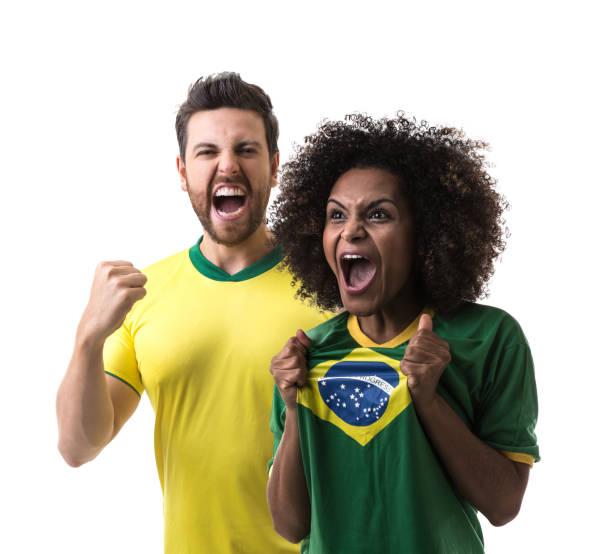 Fãs brasileiros casal celebrando no fundo branco - foto de acervo
