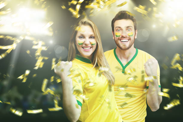 Casal brasileiro fã comemorando - foto de acervo
