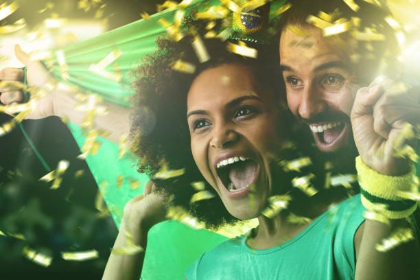 Fãs do casal brasileiro comemorando em fundo branco - foto de acervo