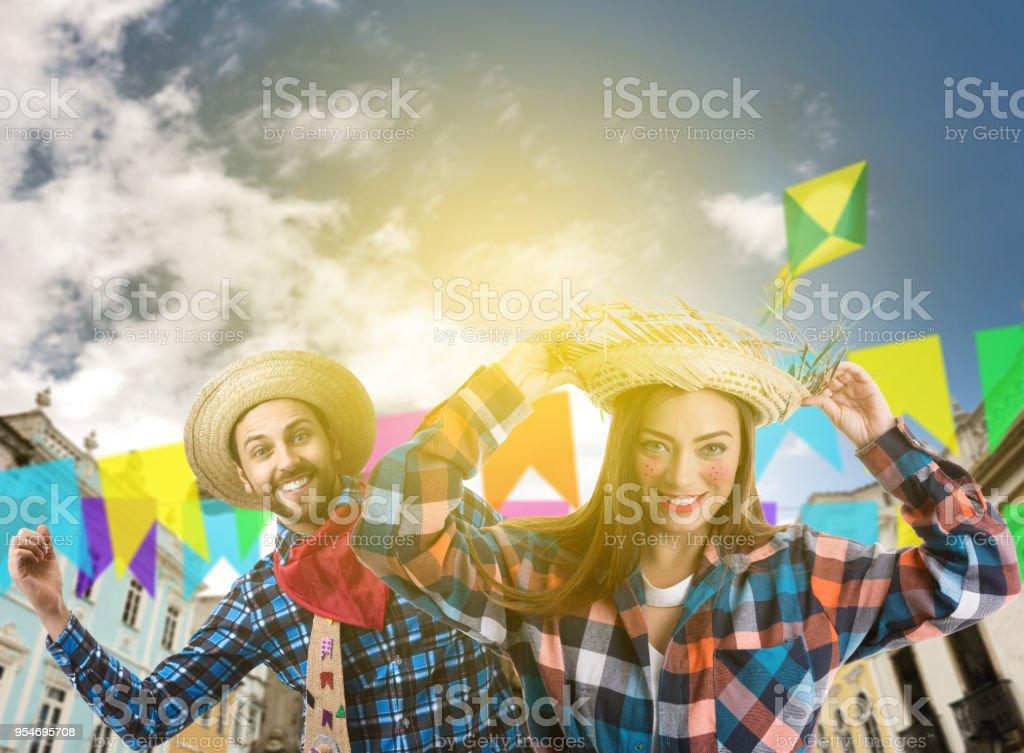 Casal brasileiro fantasia de Festa Junina - foto de acervo