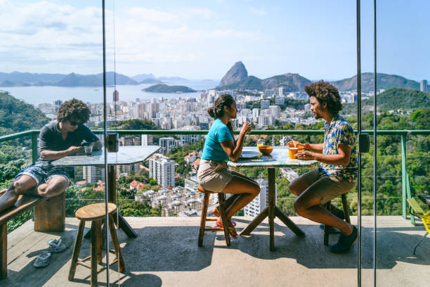 pareja brasileña en terraza, pão de açúcar en fondo - viaje a sudamérica fotografías e imágenes de stock