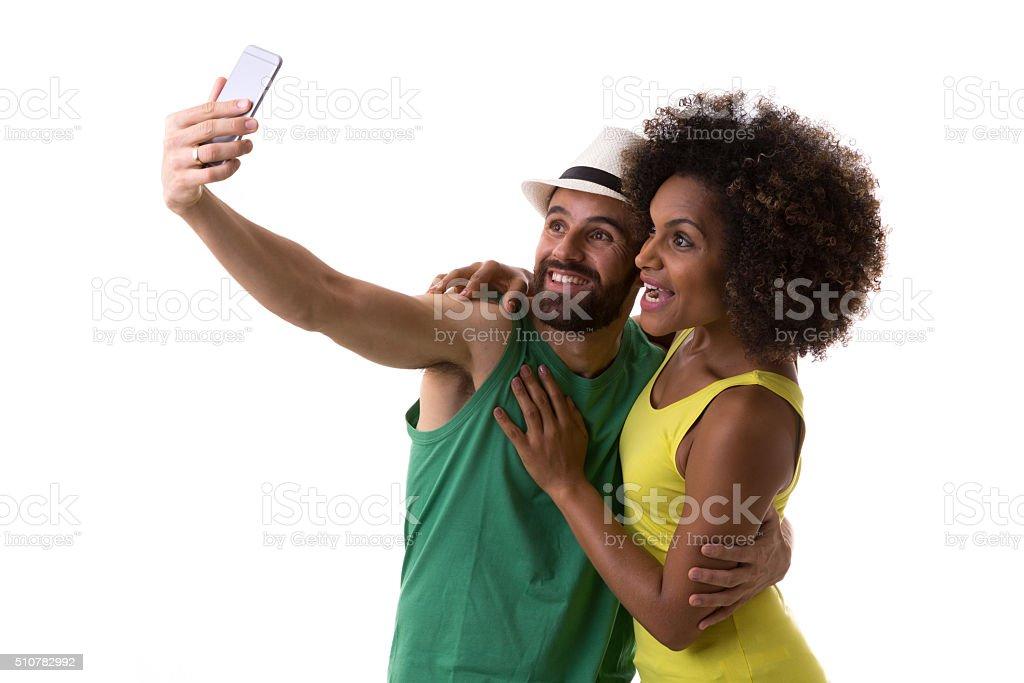 Brasileira casal tirando uma foto de selfie em fundo branco - foto de acervo