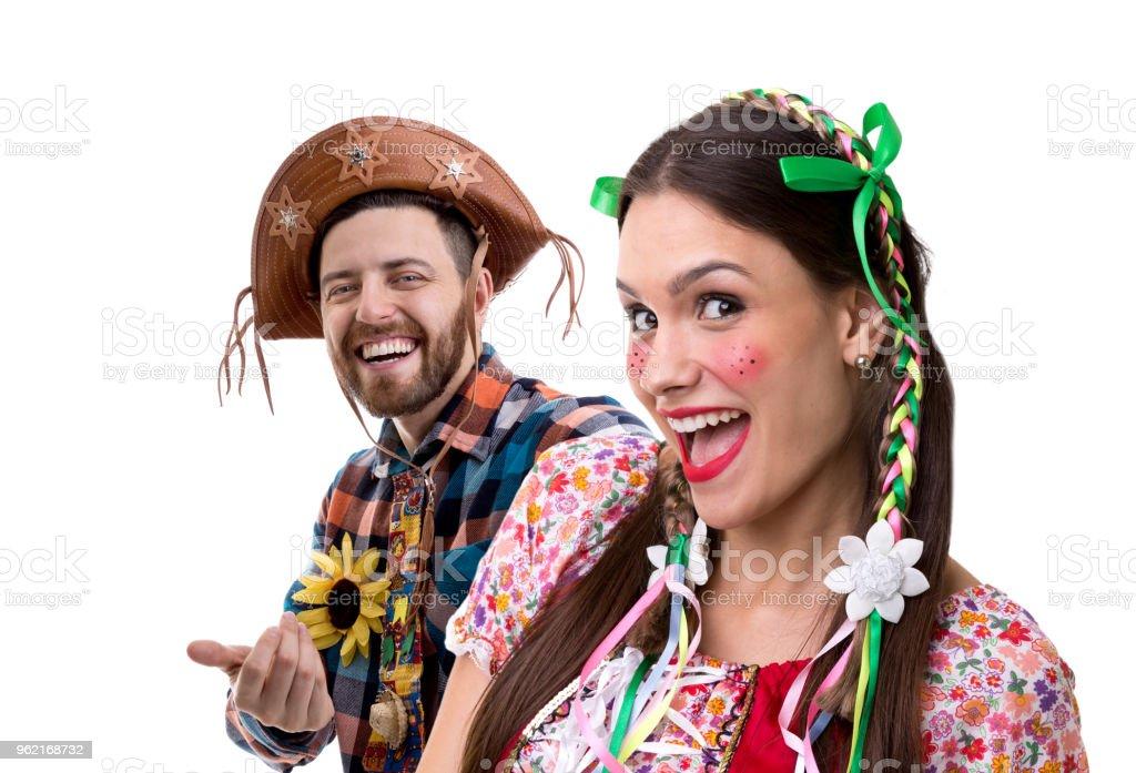 Casal brasileiro, vestindo o traje tradicional para Festa Junina - foto de acervo