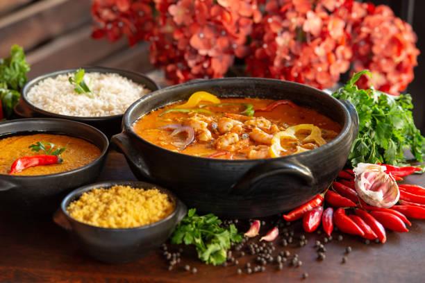 culinária brasileira. ensopado de camarão, geralmente servido com arroz, mingau e farinha de mandioca. - nordeste - fotografias e filmes do acervo