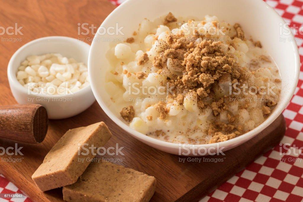 Sobremesa brasileira canjica doce de milho branco - foto de acervo