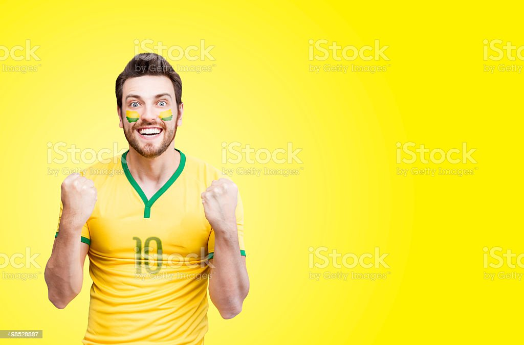 Brazilian fan celebra em Fundo amarelo - foto de acervo