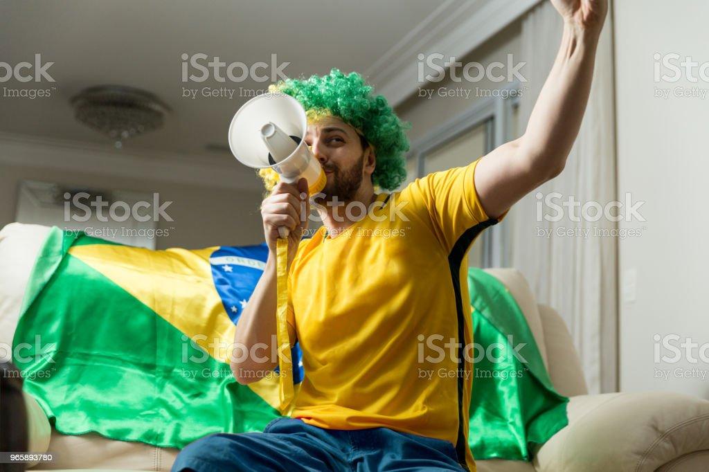 Braziliaanse fan vieren thuis - Royalty-free Alleen mannen Stockfoto
