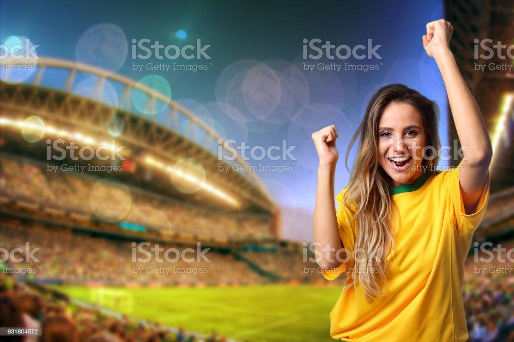 Fã brasileiro torcendo no estádio - foto de acervo