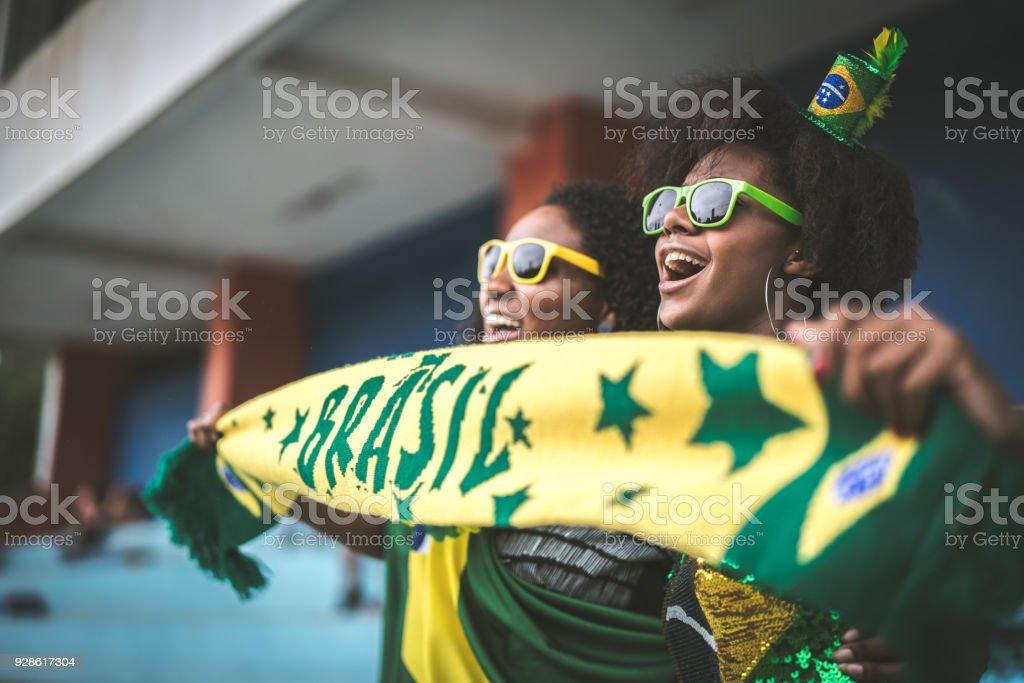 Amigos de fã brasileiro comemorando em um jogo de futebol - foto de acervo