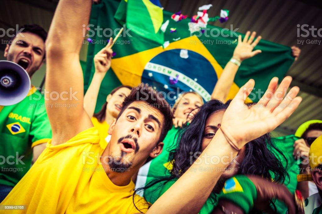 Fãs brasileiros, assistir e apoiar sua equipe na liga de futebol de competição mundial - foto de acervo